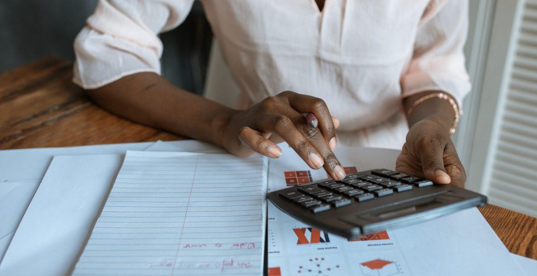 Dicas para as finanças do seu negócio para fechar bem o ano (Foto de RODNAE Productions no Pexels)